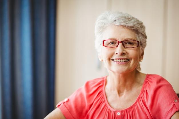 Mulher sênior, sorrindo câmera Foto Premium