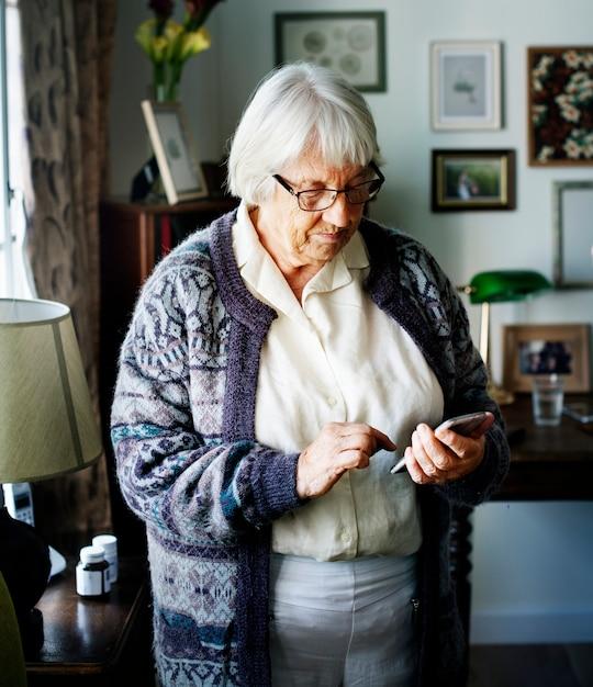 Mulher sênior, usando, smartphone Foto Premium