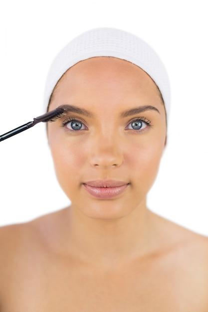 Mulher sensual usando fita adesiva usando escova de sobrancelha Foto Premium