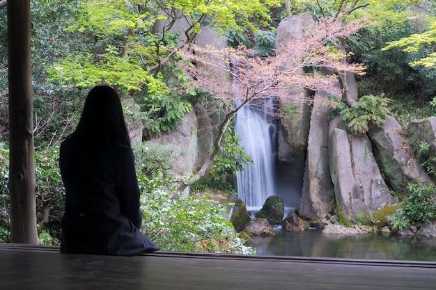 Mulher sentada sozinha sentindo estressado, solitário, decepcionado Foto Premium