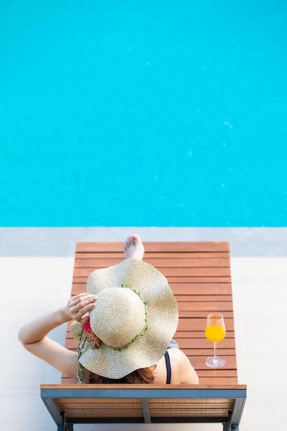 Mulher, sentando, cama, ao lado, piscina Foto Premium