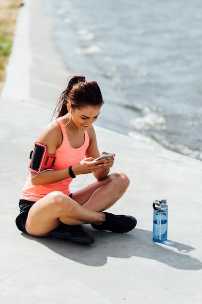 Mulher, sentando, logo, garrafa Foto gratuita