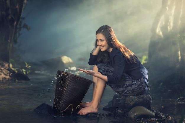 Mulher sexy asiática trabalhando em fluxos Foto Premium