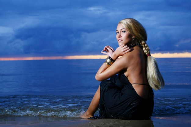 Mulher sexy e luxuosa na sunset Foto gratuita