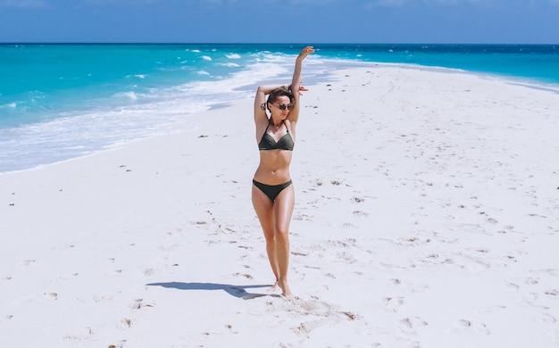 Mulher sexy, em, desgaste nadada, ficar areia, por, a, oceânicos Foto gratuita