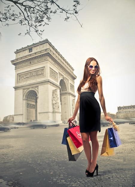 Mulher, shopping, em, paris Foto Premium