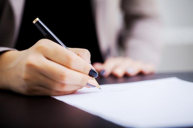 Mulher, signant, um, car, compra, contrato Foto Premium