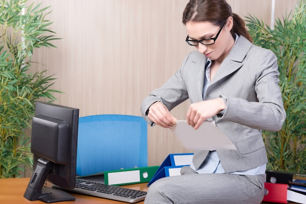 Mulher sob estresse trabalhando no escritório Foto Premium