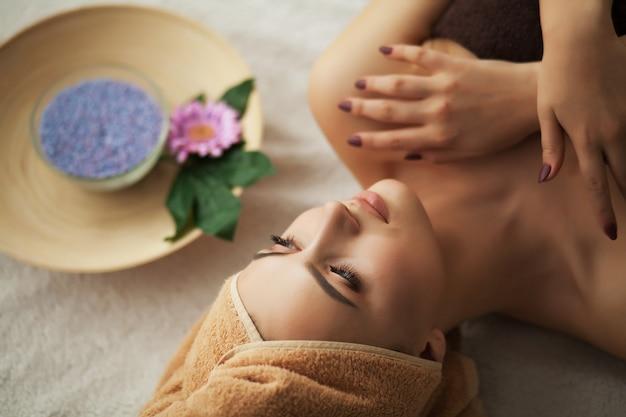 Mulher, sob, profissional, facial, massagem, em, beleza, spa Foto Premium
