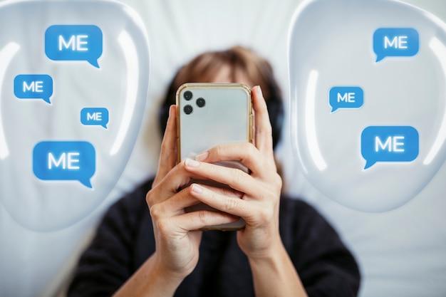 Mulher socialmente viciada em mensagens de texto com gráfico de balões de fala Foto gratuita