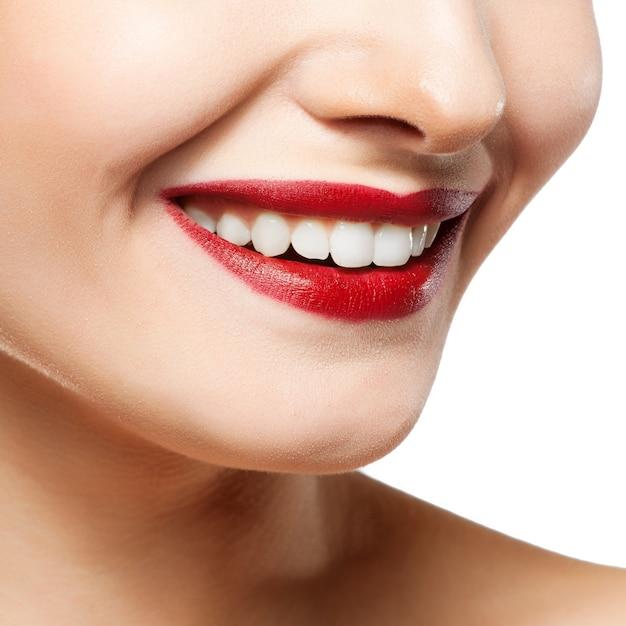 Mulher sorri. clareamento dos dentes. cuidado dental. Foto Premium