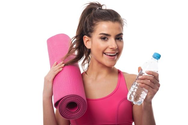 Mulher sorridente adorando atividade física Foto gratuita