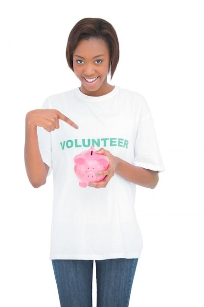 Mulher sorridente, apontar, dela, cofre Foto Premium
