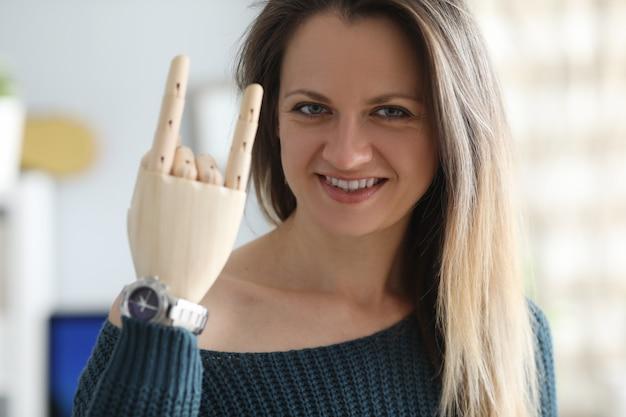 Mulher sorridente com braço protético Foto Premium