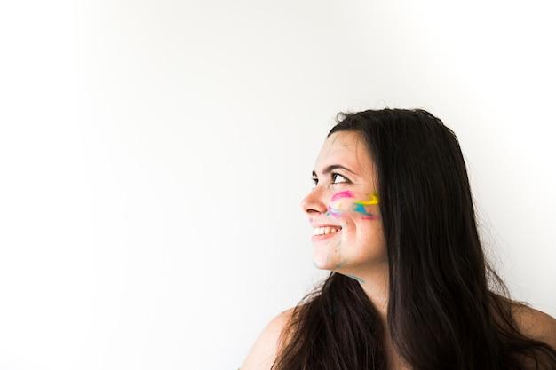 Mulher sorridente, com, cores, ligado, rosto Foto gratuita