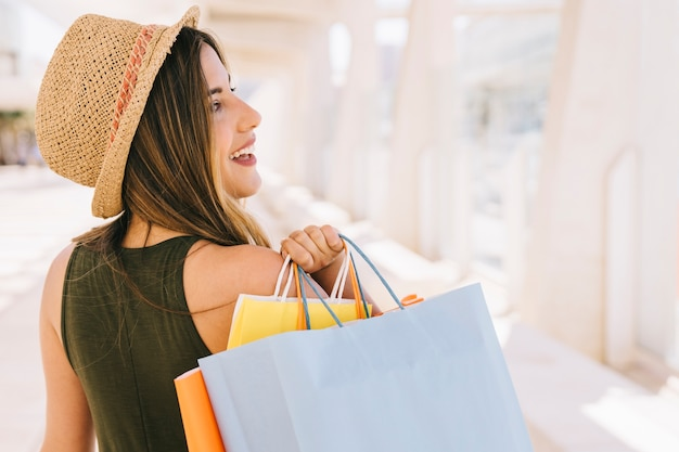 Mulher sorridente com sacolas de compras Foto Premium