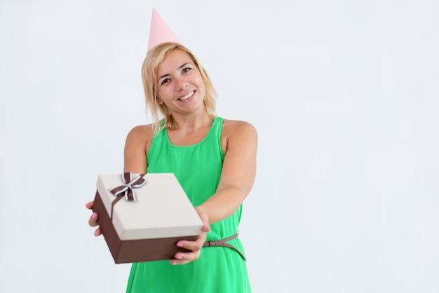 Mulher sorridente, dar, caixa presente, para, visualizador Foto gratuita