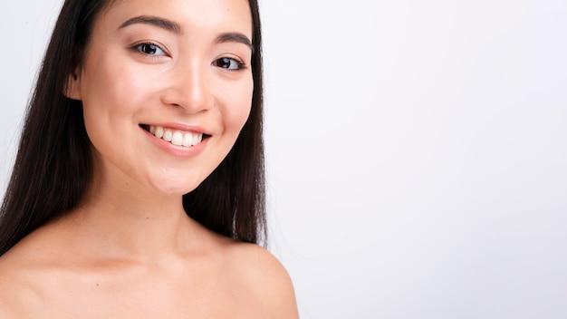 Mulher sorridente de close-up com cabelos longos e cópia espaço Foto gratuita
