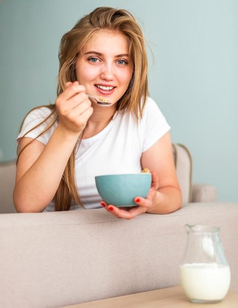 Mulher sorridente de pijama, olhando para a câmera Foto gratuita
