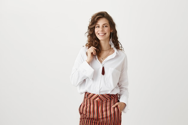 Mulher sorridente e atraente em roupas elegantes Foto gratuita