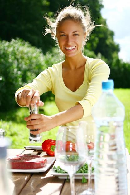 Mulher sorridente e bonita cozinhar Foto gratuita
