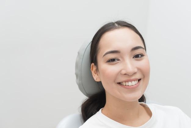 Mulher sorridente, em, dentista Foto gratuita