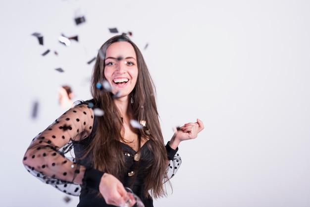 Mulher sorridente, jogar, confetti Foto gratuita