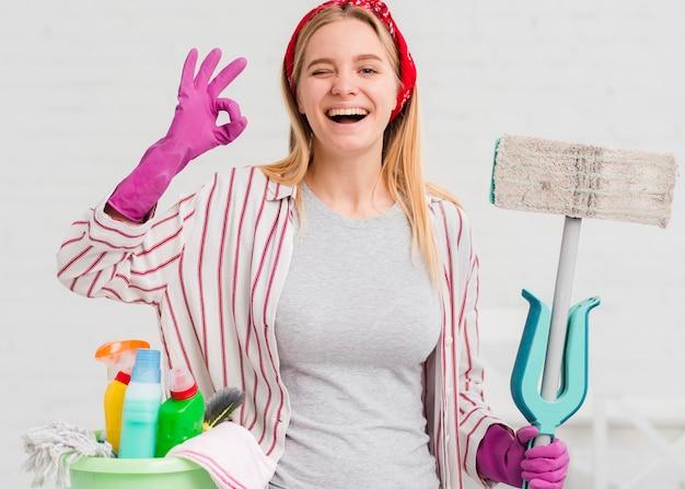 Mulher sorridente, mostrando sinal de ok Foto gratuita
