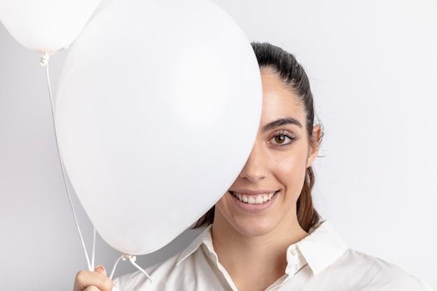 Mulher sorridente posando com balões Foto gratuita