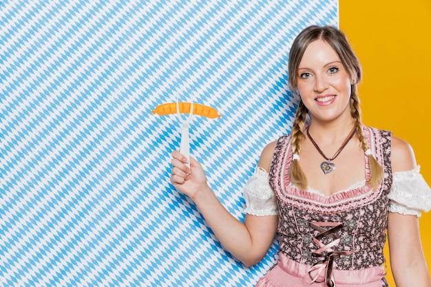 Mulher sorridente segurando o garfo de plástico Foto gratuita