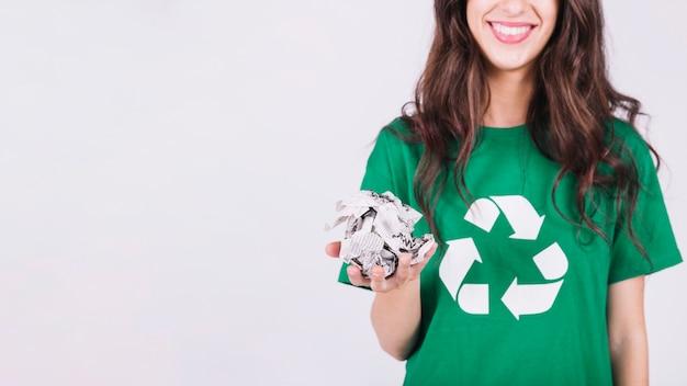 Mulher sorridente, segurando, papel amarrotado Foto Premium