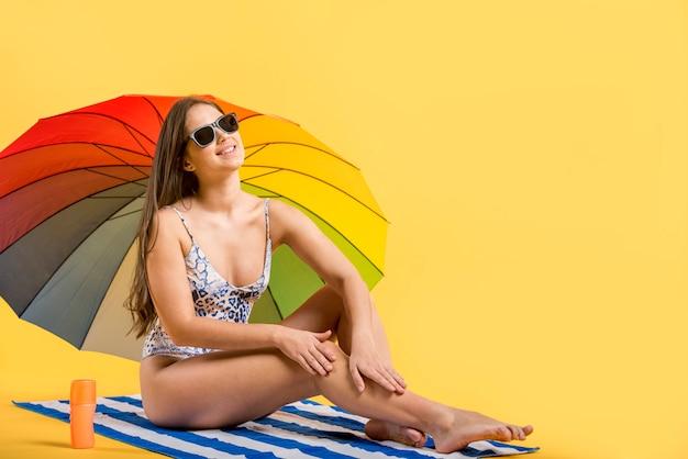 Mulher, sunbathing, sob, coloridos, guarda-chuva Foto gratuita