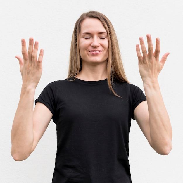 Mulher surda se comunicando através da linguagem gestual Foto gratuita