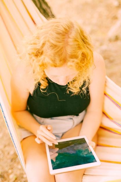 Mulher, surfando, ligado, tabuleta, ao ar livre Foto gratuita