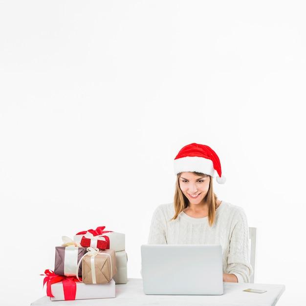 Mulher, tabela, com, laptop, e, cartão crédito Foto gratuita