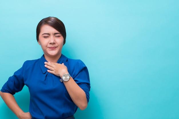 Mulher tem dor de garganta Foto Premium