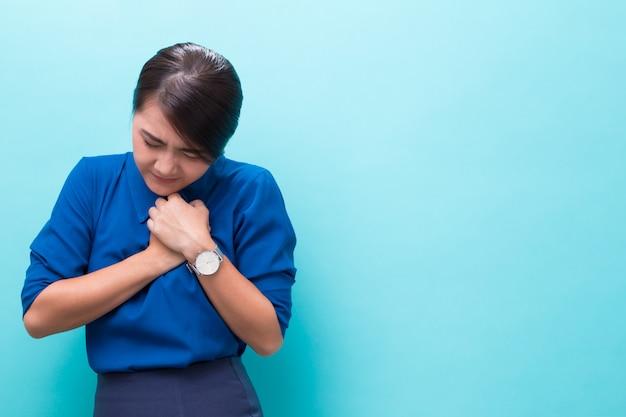 Mulher tem dor no peito Foto Premium