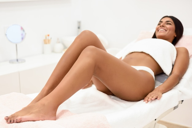 Mulher, tendo, cabelo, remoção, procedimento, perna, aplicando, cera, faixa Foto Premium