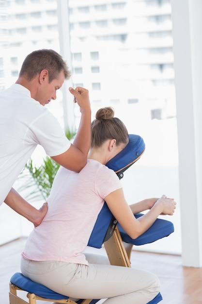 Mulher, tendo, costas, massagem, em, médico, escritório Foto Premium