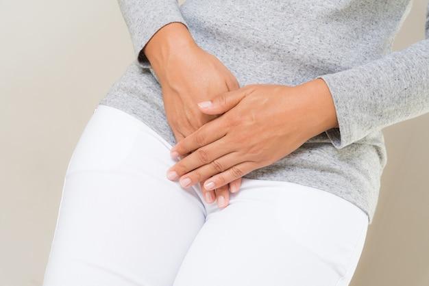 Mulher, tendo, doloroso, stomachache, com, mãos prendendo, apertando, dela, virilha, abaixar abdome Foto Premium