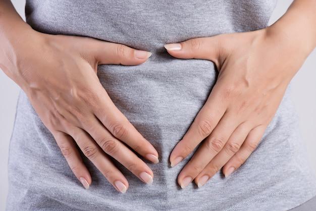 Mulher, tendo, doloroso, stomachache gastrite crônica. conceito de inchaço do abdômen. Foto Premium
