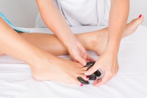 Mulher tendo um tratamento de pedicure feito Foto Premium