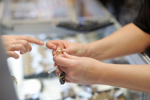 Mulher, tentando, alianças, em, um, joalheiro, foco, ligado, anel Foto Premium