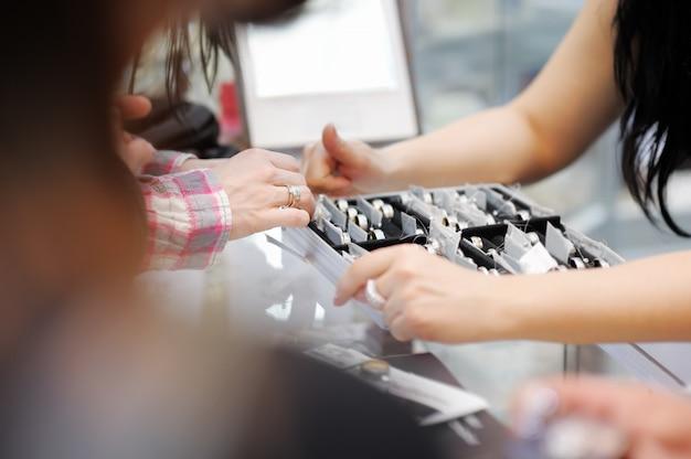 Mulher, tentando, alianças, em, um, joalheiro, foco, ligado, mão Foto Premium