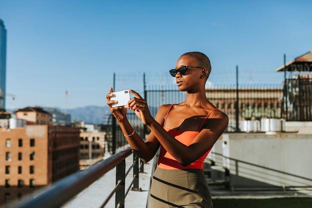 Mulher tirando uma foto de los angeles Foto Premium