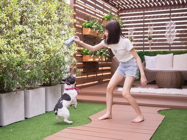 Mulher, tocando, com, cachorros, em, jardim Foto Premium