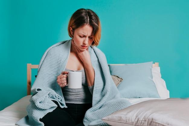 Mulher tocando dor na garganta Foto gratuita