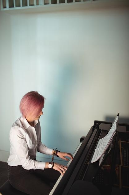 Mulher, tocando, piano Foto gratuita
