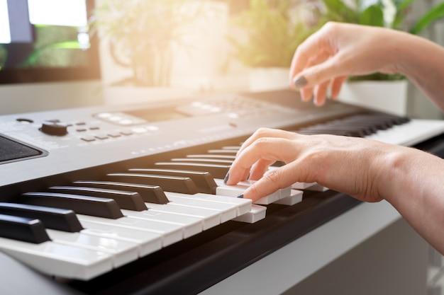 Mulher, tocando, sintetizador Foto Premium