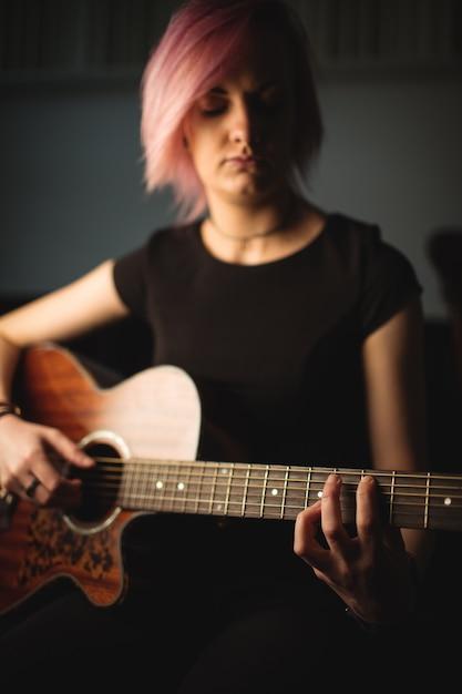Mulher, tocando, violão Foto gratuita
